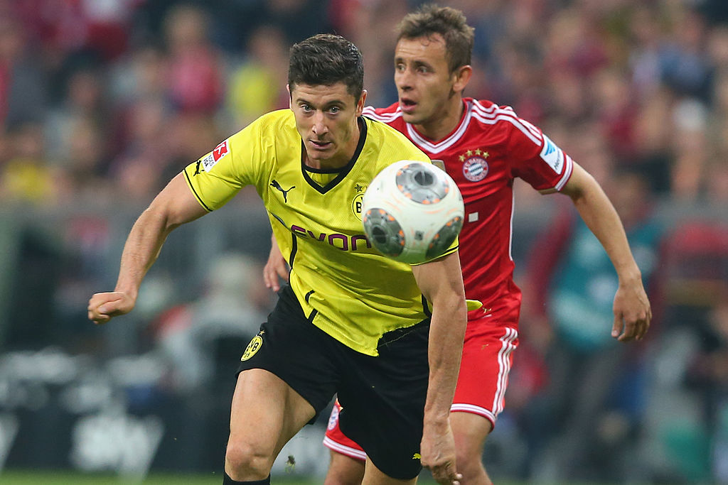 MUNICH, GERMANY - APRIL 12:  Rafinha (R) of Muenchen battles for the ball with Robert Lewandowski of Dortmund  during the Bundesliga match between FC Bayern Muenchen and BVB Borussia Dortmund at Allianz Arena on April 12, 2014 in Munich, Germany.  (Photo by Alexander Hassenstein/Bongarts/Getty Images)