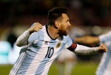 """衝撃3得点でW杯へ導いたメッシは""""神ってる""""!? 歓喜のアルゼンチン地元紙の一面が話題に"""