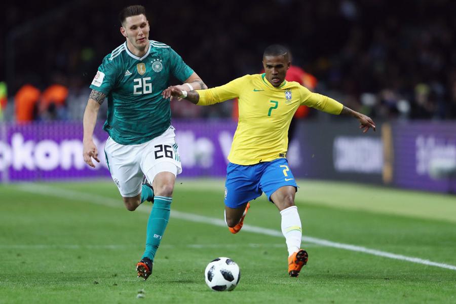 (右)ブラジル代表のFWドウグラス・コスタ【写真:Getty Images】