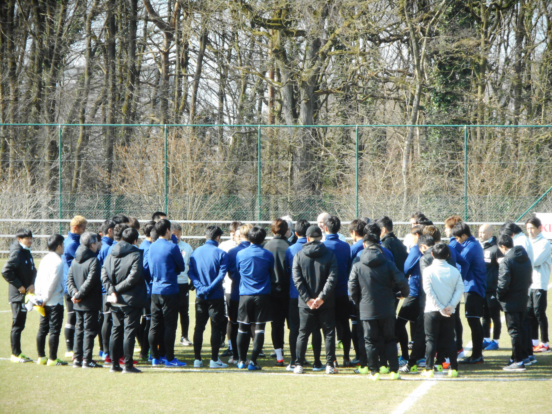寒空のなかピッチ中央に選手とスタッフを集め、身振り手振りで熱弁を振るう【写真:Football ZONE web】