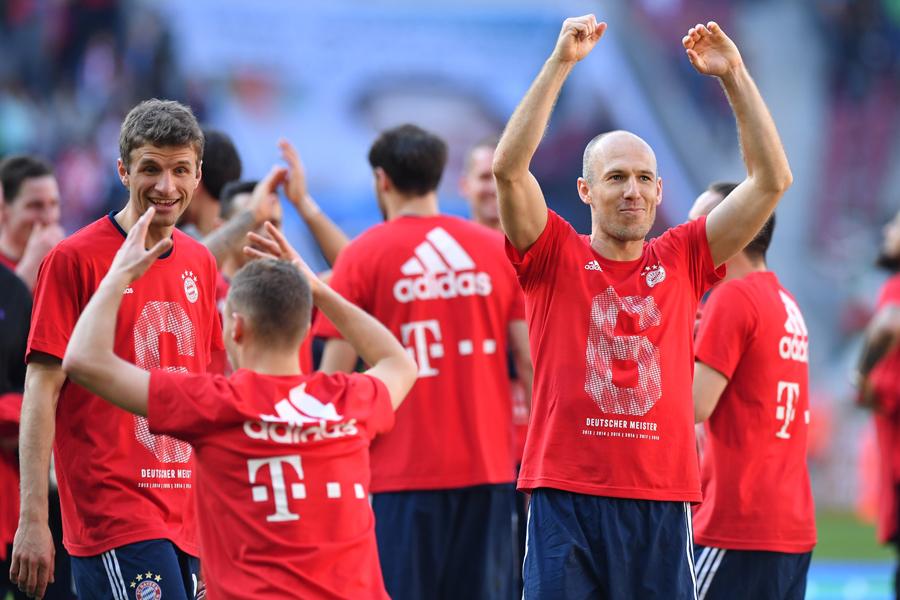 ブンデスリーガ史上初の6連覇を達成し、歓喜に沸くバイエルンの選手達【写真:Getty Images】