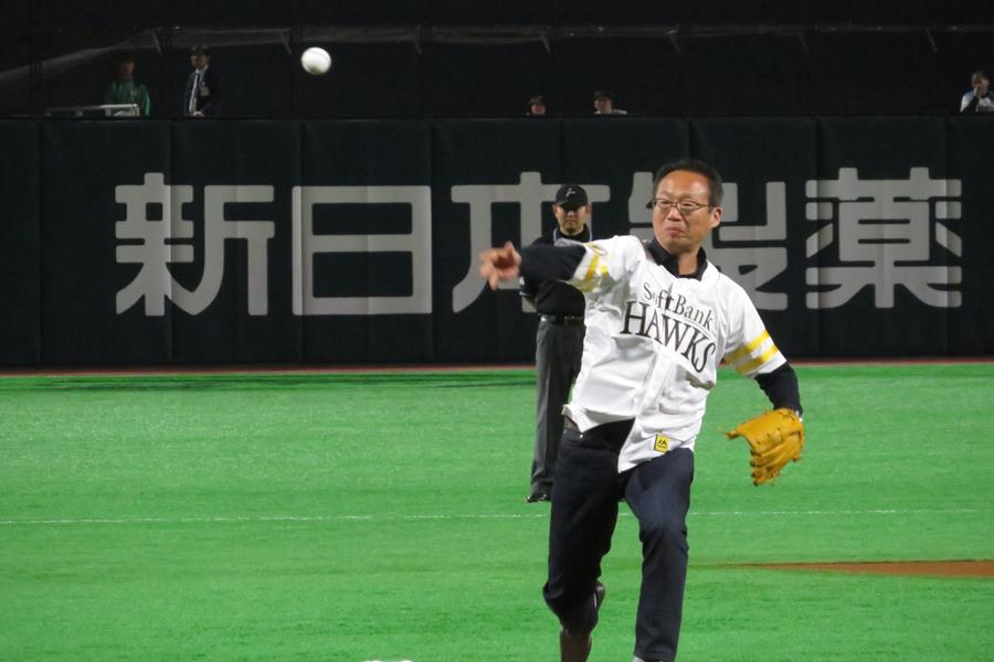 10日に行われたソフトバンクvs日本ハム戦の始球式に登場した岡田武史氏【写真:Football ZONE web】