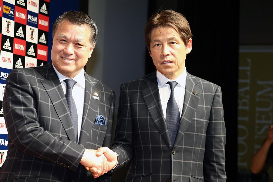 日本サッカー協会の田嶋会長(左)と日本代表の新指揮官に就任した西野氏(右)【写真:Getty Images】