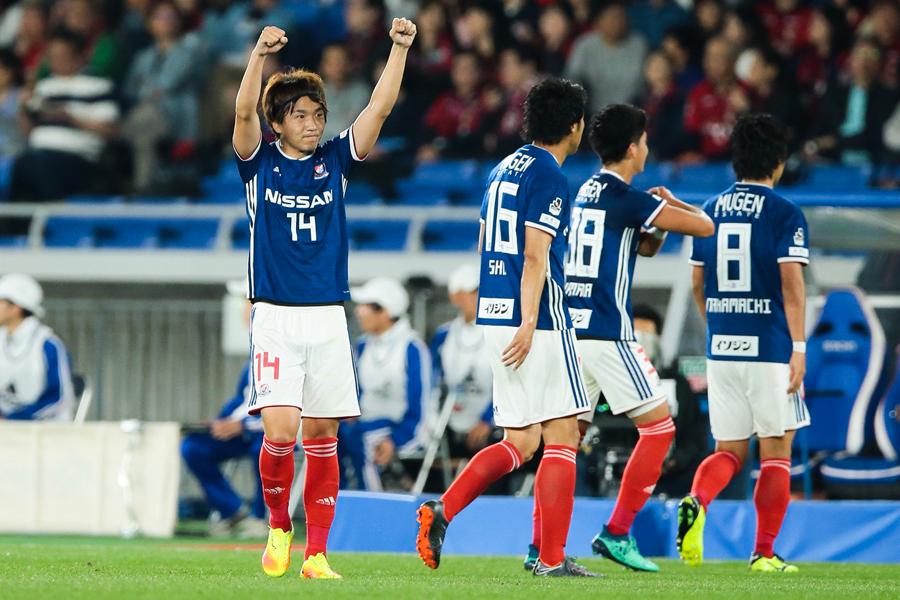 芸術的FKでチームの2得点目を決めた天野【写真:荒川祐史】