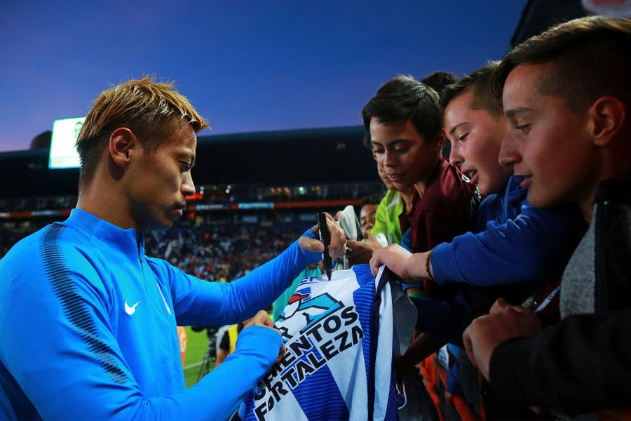 パチューカ本田と日本人ファンとの1万km超交流を、現地紙が特集した【写真:Getty Images】