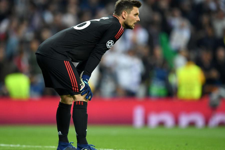 バイエルンのGKウルライヒが試合の結果を変えたかもしれない大きなミスに対し、SNSで謝罪コメントを投稿【写真:Getty Images】