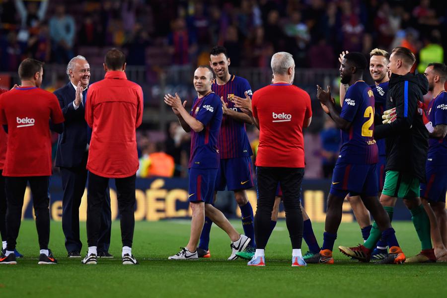 クラシコ後にスタッフが祝福の列を作り、選手が退場した【写真:Getty Images】