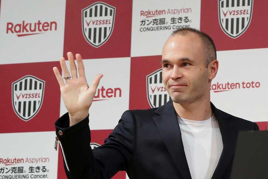 イニエスタ加入による神戸の外国籍選手枠の問題に、韓国誌が言及した【写真:AP】