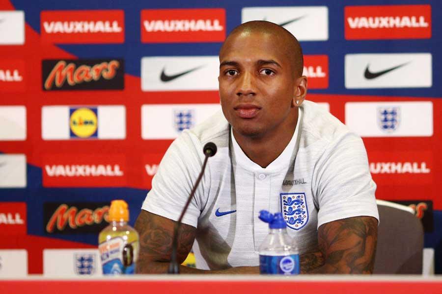 イングランド代表は、異例の選手間ミーティングを開いたとアシュリー・ヤングが明かした【写真:Getty Images】