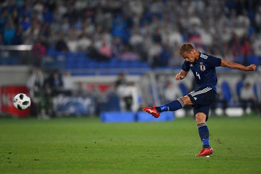 本田圭佑、前半33分にCKのこぼれ球に左足でシュートを放つも好セーブに阻まれる【写真:Getty Images】