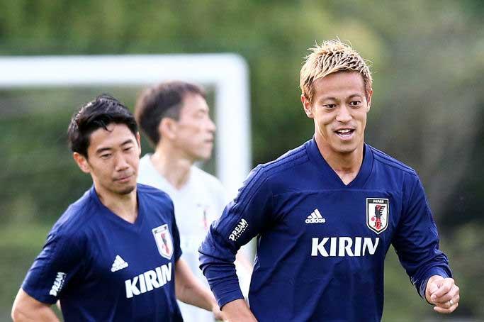 本田(右)は、「一発のシュートで決められる気もする」と自信を覗かせている【写真:Getty Images】