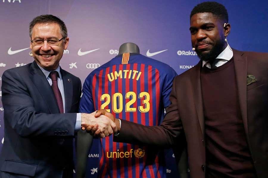 バルセロナは、2023年まで契約延長したウムティティの違約金を650億円に設定したとされている【写真:AP】