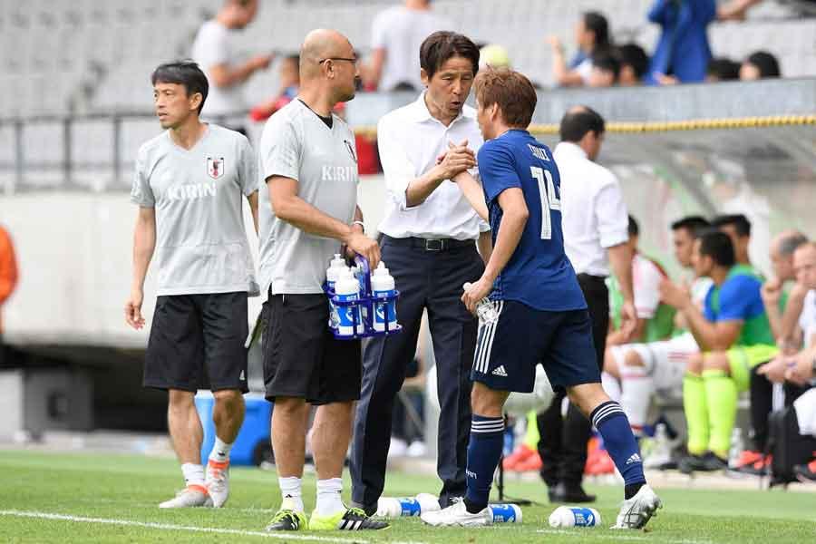 2ゴールを決めた乾と西野監督がガッチリ握手を交わした【写真:Getty Images】