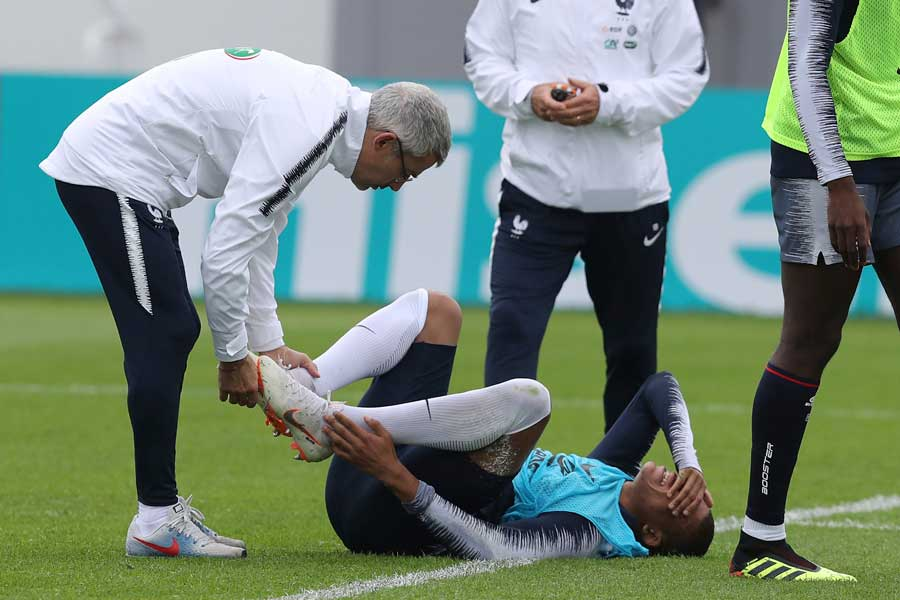 フランス代表FWムバッペが練習で左足首を負傷した【写真:AP】