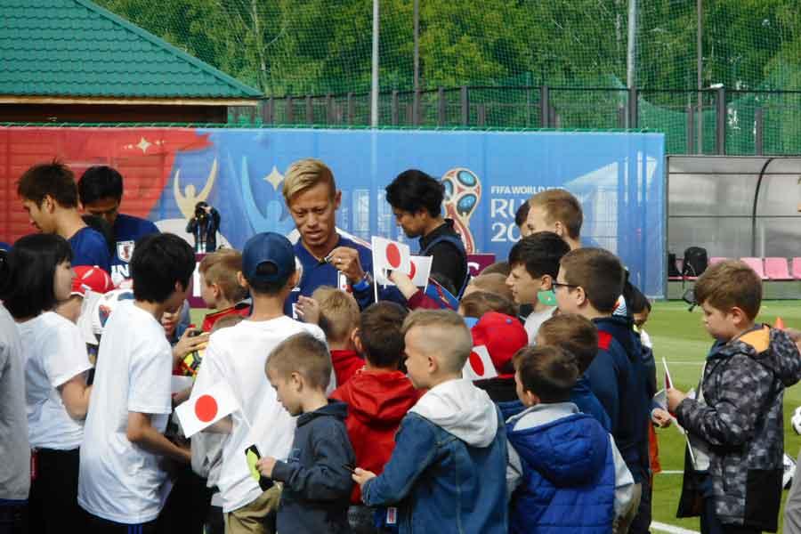 子どもたちの一番人気は、かつてロシアでプレーした本田であった【写真:Football ZONE web】