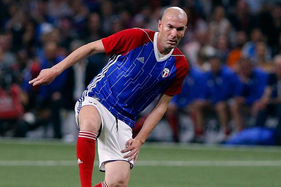 フランス代表のレジェンドマッチに参加したジダン氏が圧巻のFK弾を叩き込んだ【写真:AP】