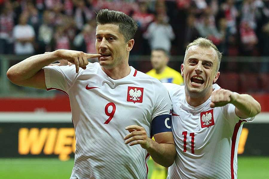 リトアニア戦で2ゴールを挙げたレバンドフスキ(左)【写真:AP】