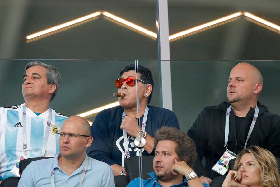 全面禁煙のスタジアムで葉巻を吹かすマラドーナ氏【写真:AP】
