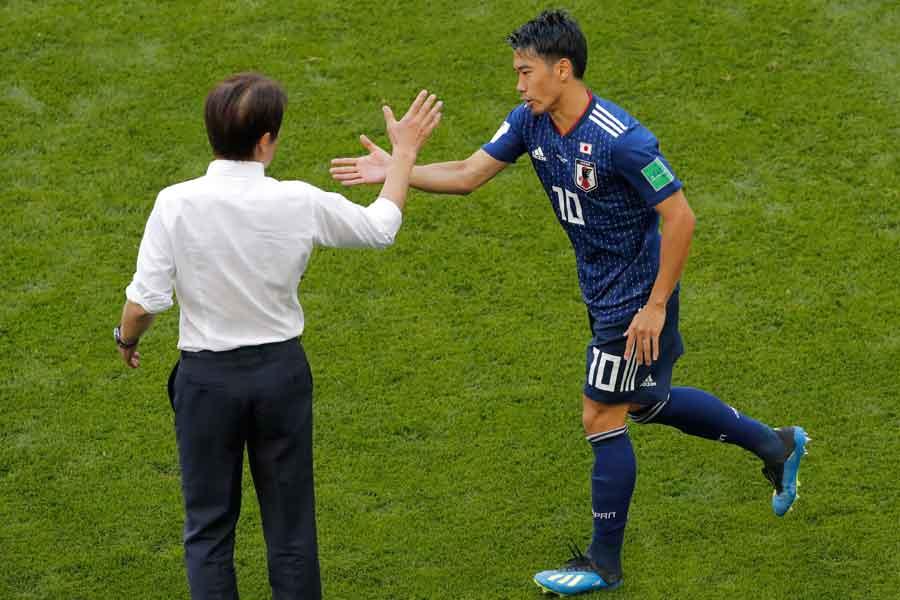 ゴール直後には香川と指揮官が歓喜のタッチを交わした【写真:AP】