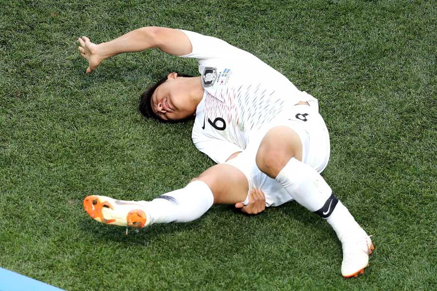 右足のもも裏を押さえて倒れ込むパク・チュホ【写真:Getty Images】