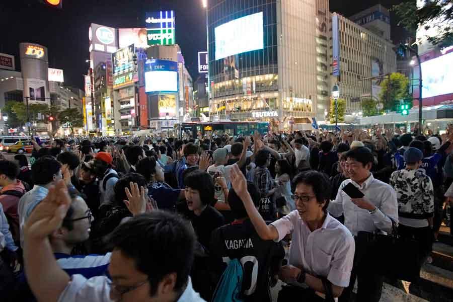 """渋谷のスクランブル交差点で巻き起こった""""勝利の儀式""""を海外メディアも注目している【写真:AP】"""