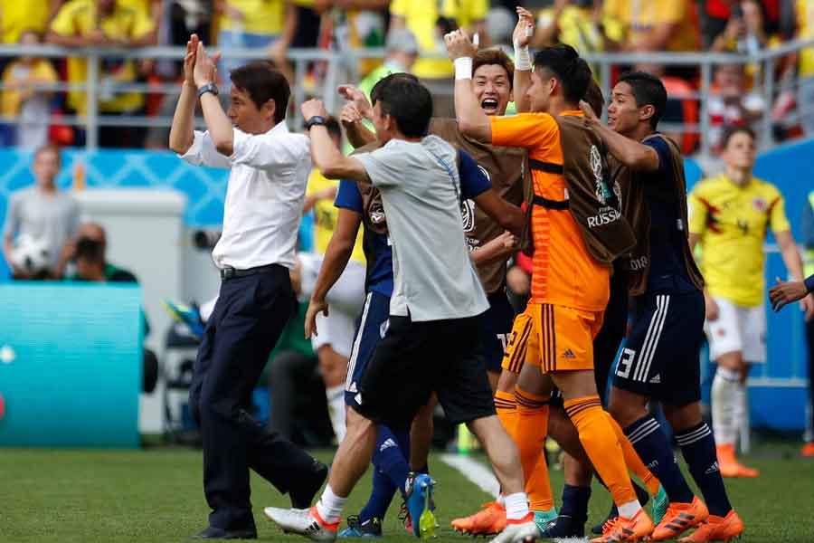 コロンビア戦の勝利に、Jリーガーからも続々と祝福の声が集まった【写真:AP】