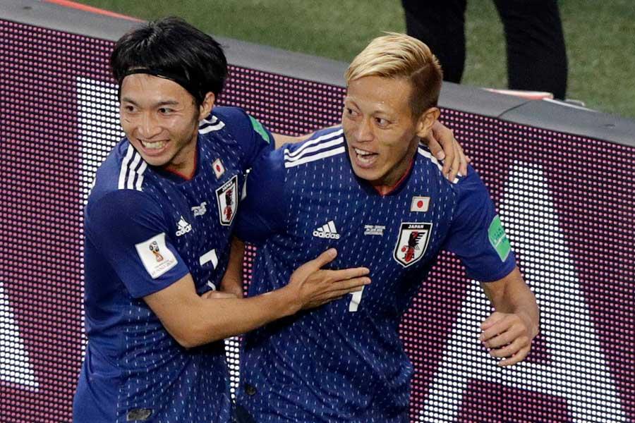 本田(右)は3大会連続で得点とアシストの両方を記録した【写真:AP】