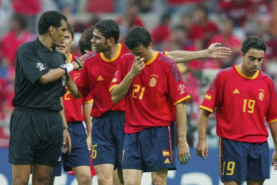 2002年W杯のスペイン対韓国戦では、2件のゴール取り消しスキャンダルが起こった【写真:Getty Images】
