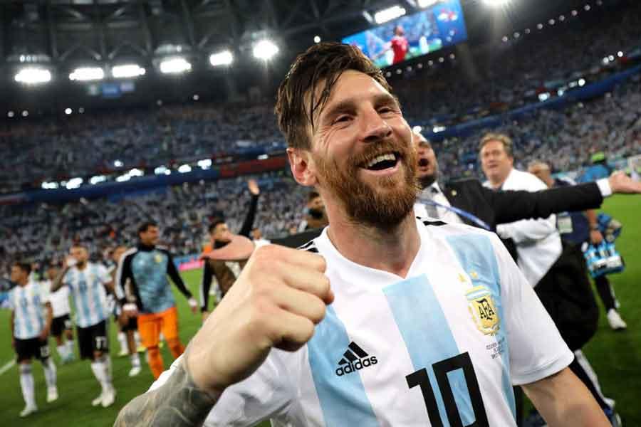"""劇的な決勝弾に歓喜するアルゼンチン代表FWメッシの""""おんぶセレブレーション""""が脚光を浴びている【写真:Getty Images】"""