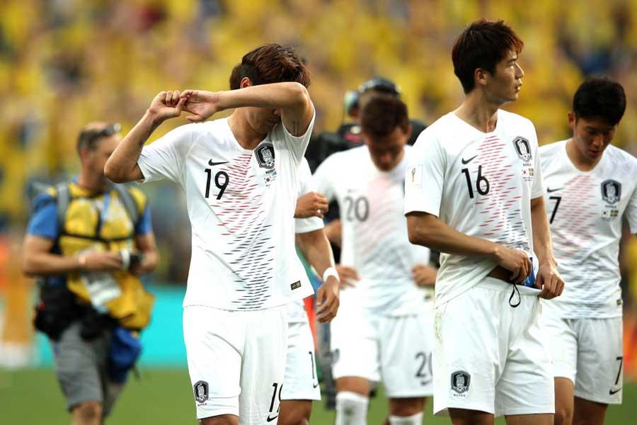 帰国した韓国代表に、一部のファンから生卵と英国国旗のクッションが投げつけられ、現場は一時騒然となったという【写真:Getty Images】