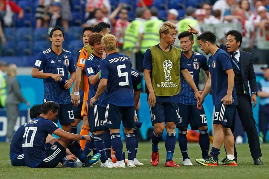 日本がポーランド戦の試合終盤に見せた消極的な戦いぶりに、世界中から賛否両論が集まっている【写真:AP】