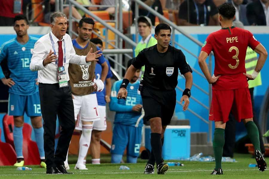 イラン代表を率いるカルロス・ケイロス監督は、C・ロナウドの肘打ちがレッドカードの対象にならなかったことに怒りを示している【写真:Getty Images】