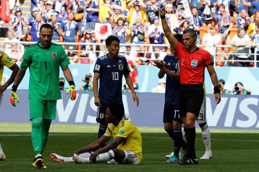 日本のDF陣は開始3分に起きたサンチェス退場の状況を呑み込めなかったという【写真:AP】