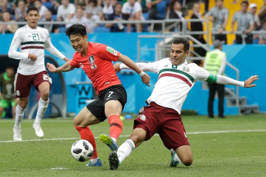 韓国vsメキシコの一戦は、1試合のファウル数24回と今大会最多となった【写真:AP】