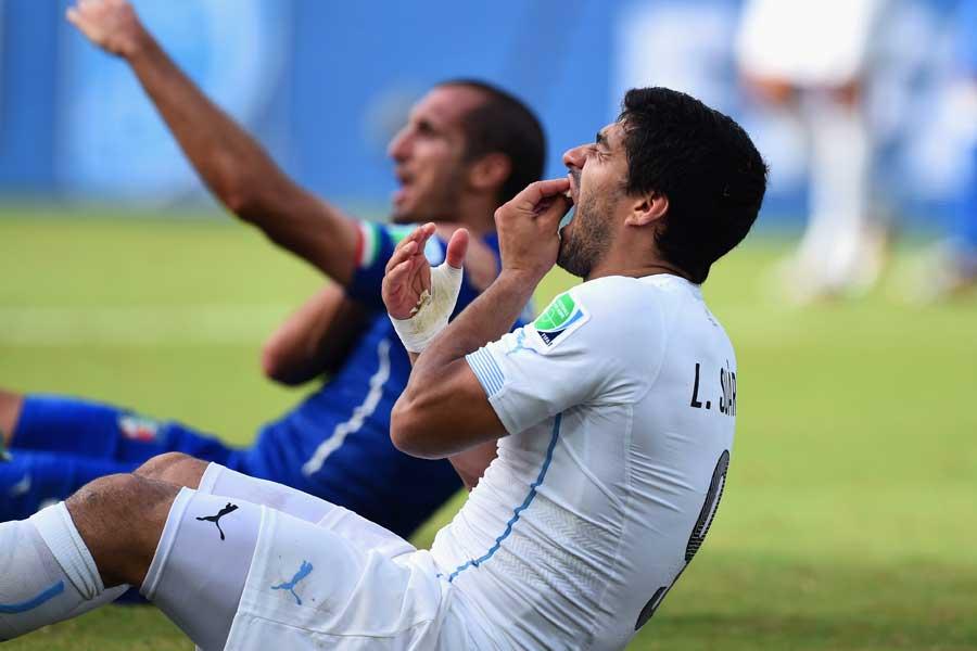スアレスは試合中に噛み付き行為を行い、4カ月間のサッカー活動禁止という処分が下された【写真:Getty Images】