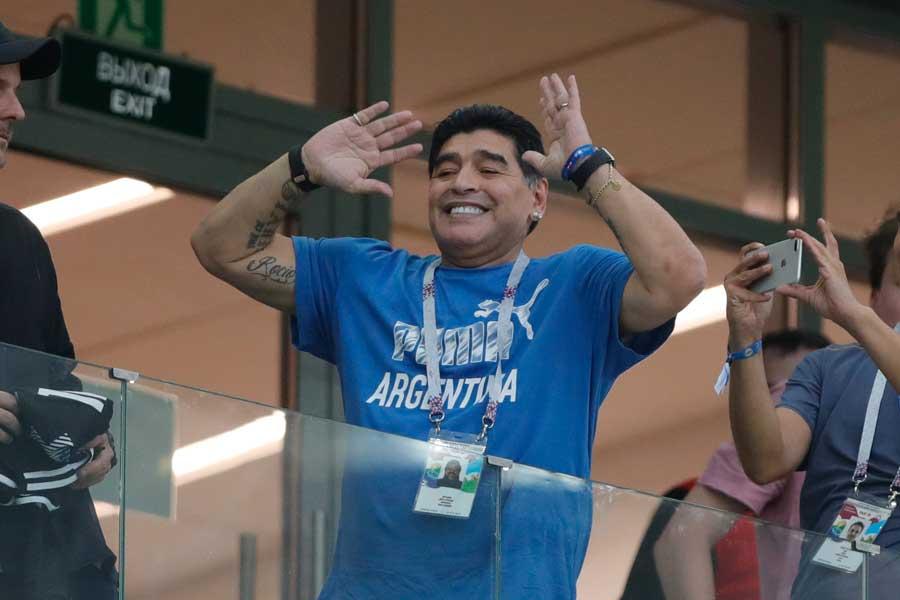 マラドーナ氏は、母国のベスト16敗退に心を痛めるとともに、自身を「無料」で代表監督に任命させることを提案したようだ【写真:AP】