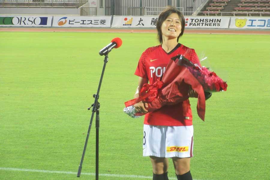 移籍セレモニーでは敬愛する先輩・安藤梢から花束を受け取った猶本【写真:Football ZONE web】