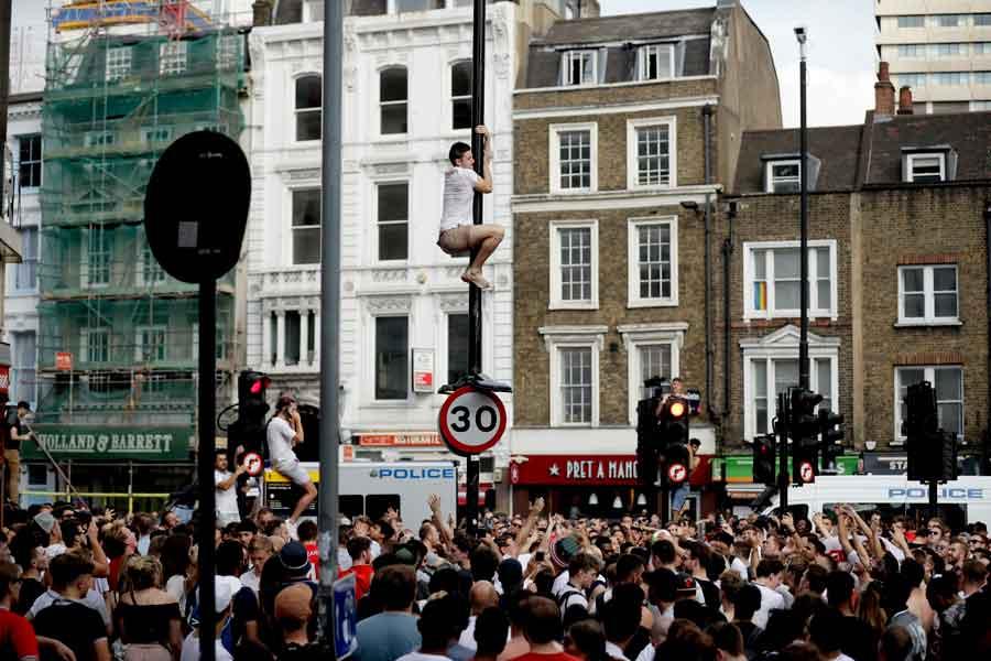 イングランド代表サポーターの愚行に対し、「日本とは大違いだ」という非難の声が世界中で巻き起こっている【写真:AP】