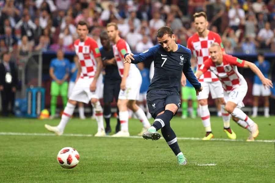 フランス代表FWグリーズマンが勝ち越しとなるPKを決め、2-1で前半を終えた【写真:Getty Images】