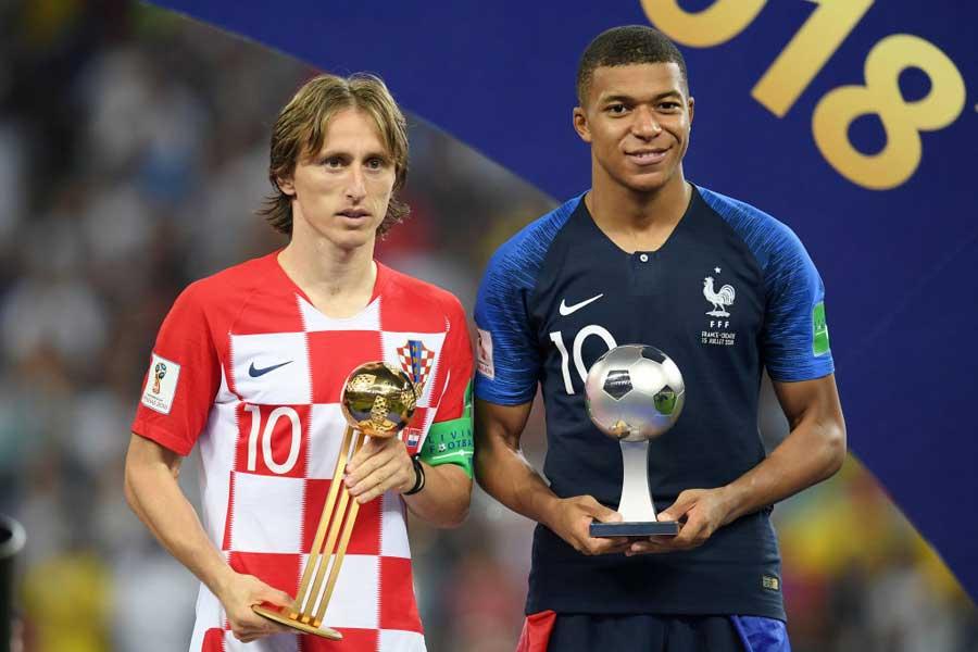 (左)クロアチア代表MFモドリッチが大会MVP、(右)フランス代表FWムバッペがヤングプレーヤー賞をそれぞれ受賞した【写真:Getty Images】