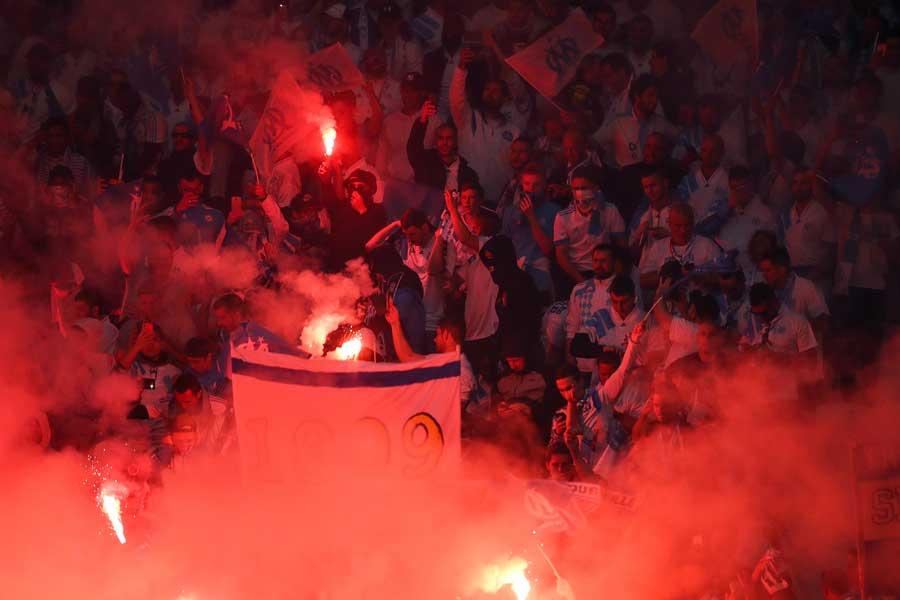 発煙筒を焚くマルセイユサポーター【写真:Getty Images】