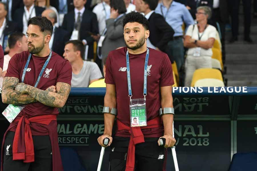 右膝靭帯損傷で長期離脱中のチェンバレン(右)  新シーズン復帰は絶望的か…【写真:Getty Images】