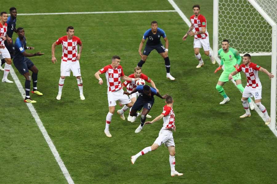 フランスのコーナーキックをニアサイドでMFイバン・ペリシッチがクリアした際、ボールが腕を直撃【写真:Getty Images】