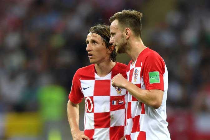 ロシアW杯でクロアチアをけん引したモドリッチ&ラキティッチ、ユニフォーム交換2ショットが話題を呼んでいる【写真:Getty Images】