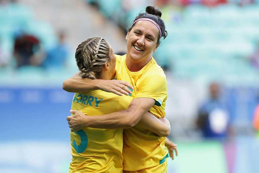 オリンピックの公式ツイッターがリオデジャネイロ五輪の女子サッカー準々決勝で起こった微笑ましい光景を公開【写真:Getty Images】