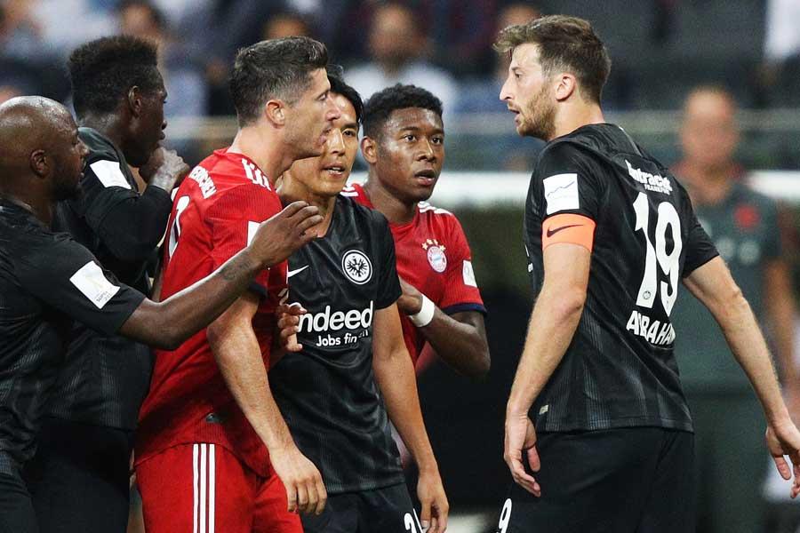 現地時間12日に行われたドイツ・スーパーカップで、両チームの選手が集まり一時騒然となった【写真:Getty Images】