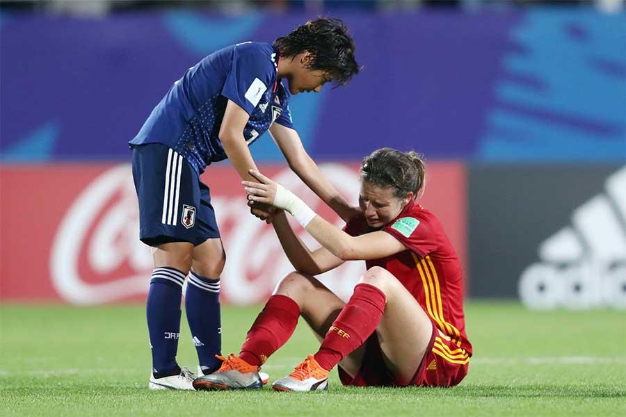 試合終了後、スペイン選手の元へ駆け寄るMF林穂之香【写真:Getty Images】