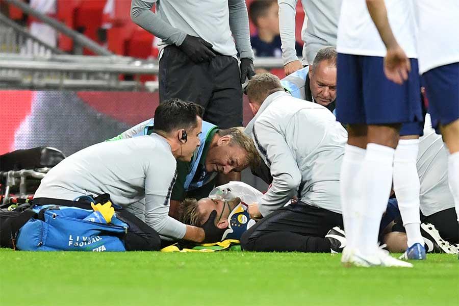 ルーク・ショーは試合中に頭部を地面に強打し、途中交代するアクシデントに見舞われた【写真:Getty Images】