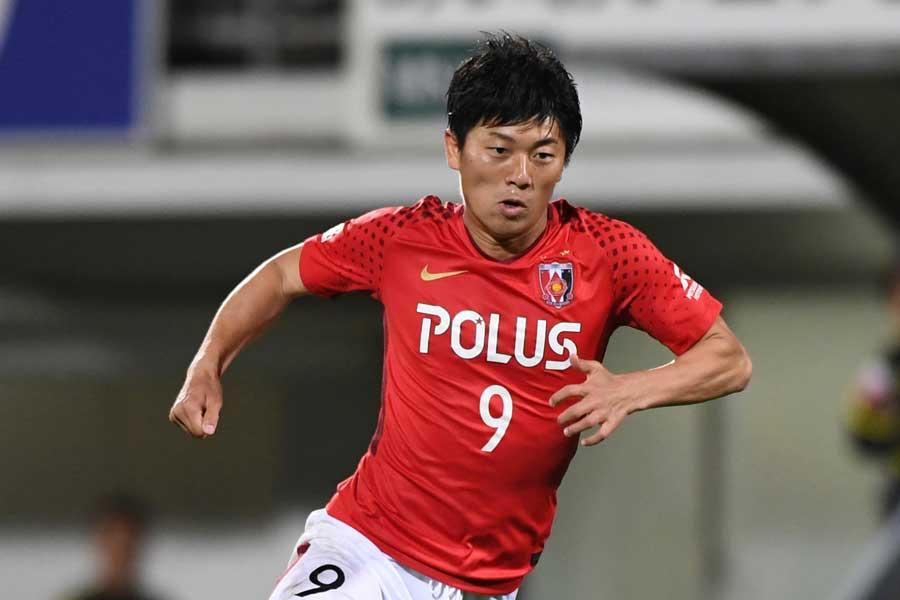 武藤が飯倉との1対1を冷静に左足で制してゴールを決め、2-1の勝利を奪い取った【写真:Getty Images】