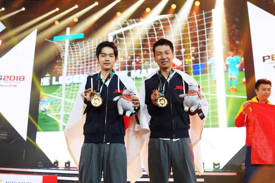 金メダルを獲得した杉村選手(右)と相原選手(左)【写真:VAMOLA eFootball News】